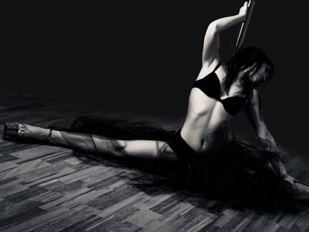 Девушка танцует стриптіз фото 274-651